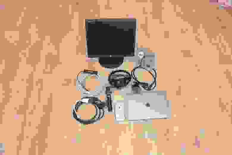 Старый жидкокристаллический дисплей я забрал у родителей: они уже было хотели его выкидывать, а мне он пригодился,  чтобы чекать трансляцию на ютубе. Вместе с этим потребовалась хитрая система переходников с VGA на Type-C.