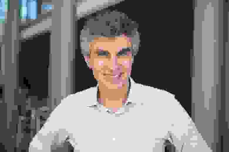 Йошуа Бенжио, исследователь искусственного интеллекта и специалист по информатике из Монреальского университета, является одним из учёных, ищущих алгоритмы обучения, столь же эффективные, как обратное распространение, но более реалистичные с биологической точки зрения.