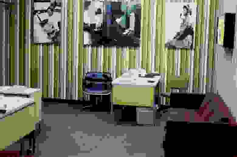 «Демонстрационный центр. Демонстрации проводились в специально созданных для этого помещениях. Помимо рабочего терминала, центр был оборудован техникой для показа короткометражных фильмов и слайд-презентаций».