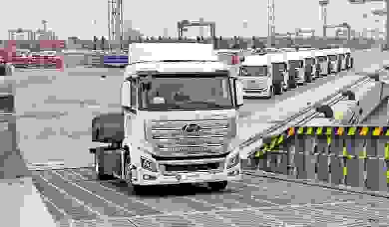 Потреблять бензин или солярку грузовику совсем не обязательно — его ДВС может работать на всё том же водороде. Hyundai XCIENT Fuel Cell — первый массовый грузовик на водороде, десять копий которого поставили в 2020 в Швейцарию для коммерческого использования. Заправить такой грузовик можно 32 кг водорода, которые ему хватит примерно на 400 км хода. Источник: Hyundai.news