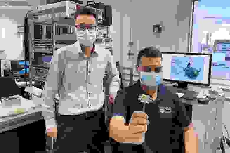 Авторы работы: профессор Ян Хёнсу (слева) и доктор Рагхав Шарма (справа)