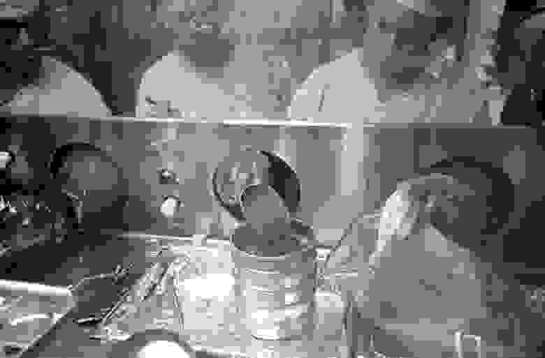 """Технические специалисты Биологического карантинного комплекса LRL работают с лунными образцами, привезёнными во время миссии """"Аполлон-14"""", 1971 год."""