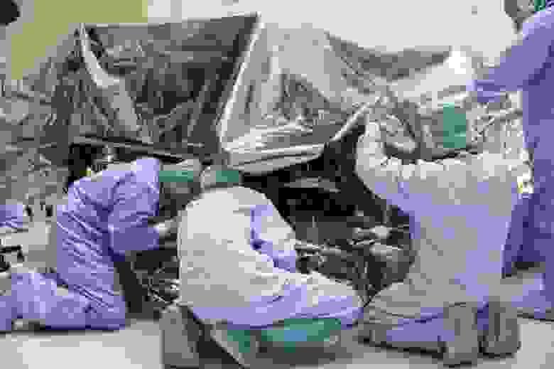 """Марсоход """"Марс-2020 Perseverance"""" проходит обработку в Цехе для опасных работ с полезным грузом Космического центра NASA им. Кеннеди в штате Флорида 13 февраля 2020 года после его транспортировки из Лаборатории реактивного движения в штат Калифорния."""