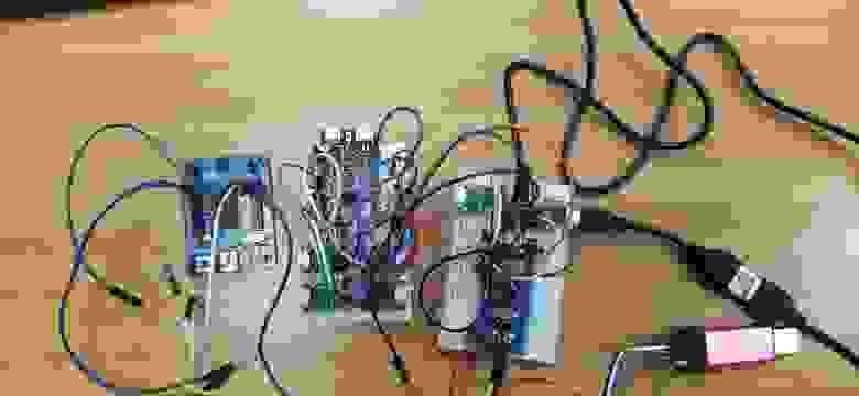 Слева направо: логический анализатор,  ESP32, STM32 обслуживающий себя сам