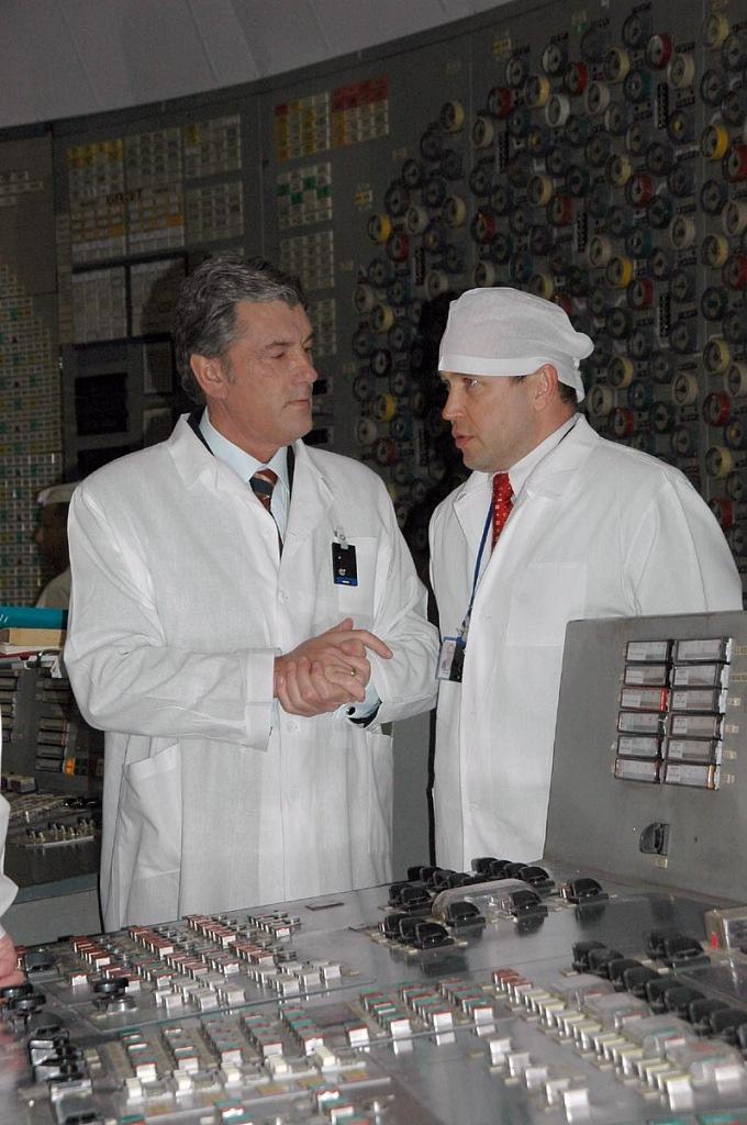Экс-президент Украины Виктор Ющенко и директор ЧАЭС с 2005 по 2018 года Игорь Грамоткин. Он подал в отставку на фоне проблем со строительством НБК и ХОЯТ-2
