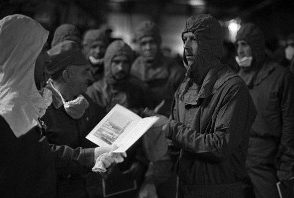 Генерал-майор Николай Тараканов награждает члена группы Самойленко. Вдобавок к грамотам полагалась премия в 800 рублей
