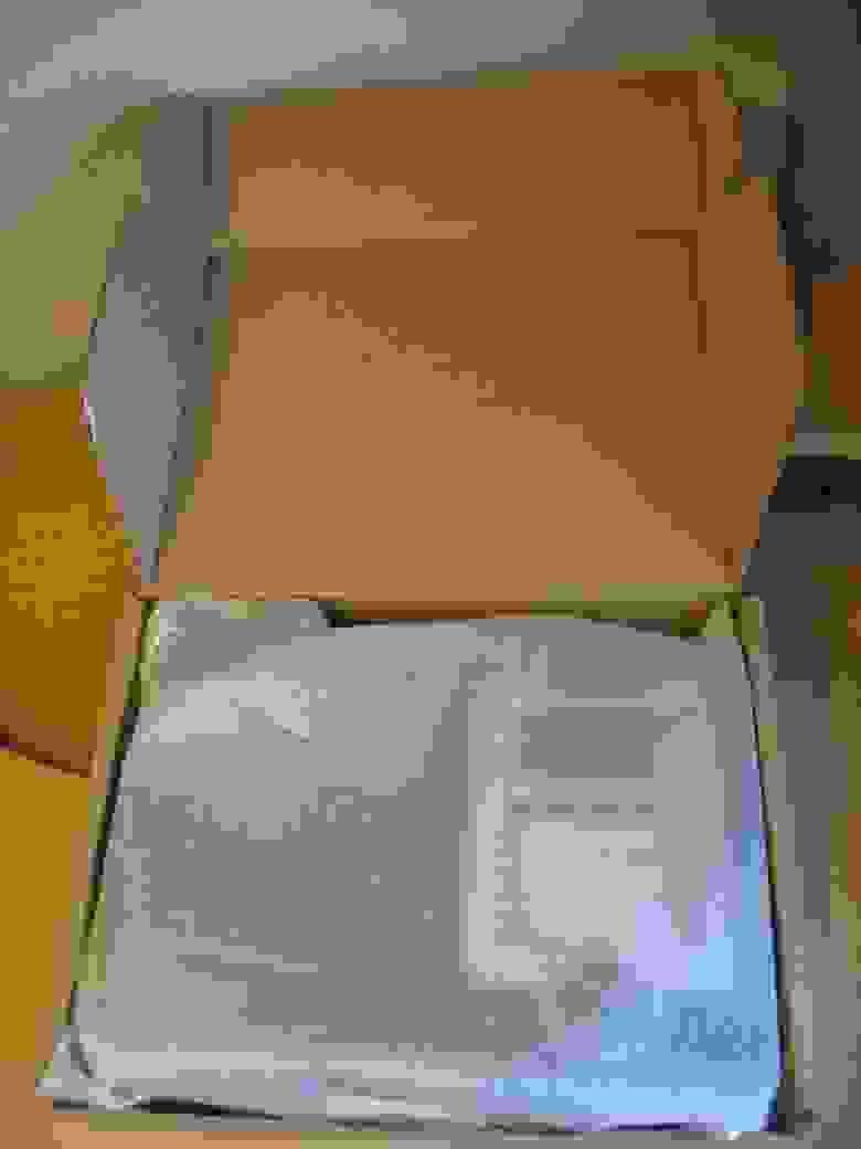 Внутри коробки телефона