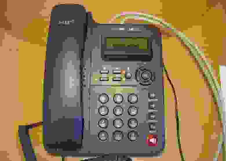 Вид телефона Escene ES220 на столе