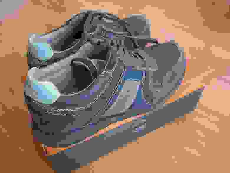 Протершиеся до дыры сбоку ботинки