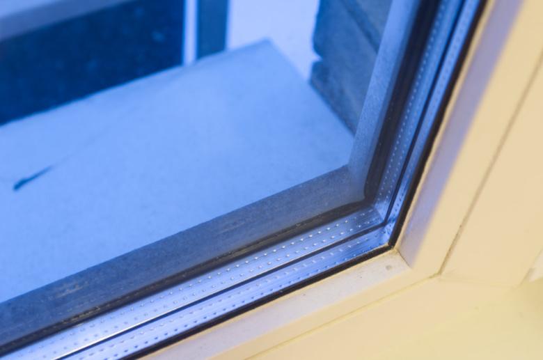 Черная пыль на окне, накопилась примерно за три месяца