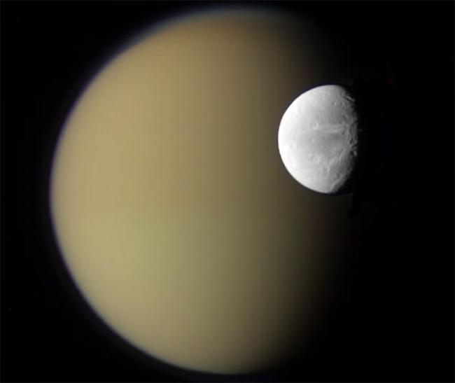 Оригинальный снимок Дионы и Титана с аппарата Cassini