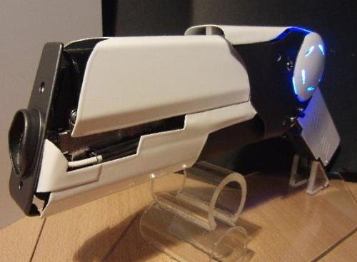 лазерным пистолетом.