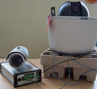 Экспериментальная установка для автономного PTZ-слежения: видеоаналитическое устройство MagicBox, PTZ-камера Pelco и обзорная камера CNB