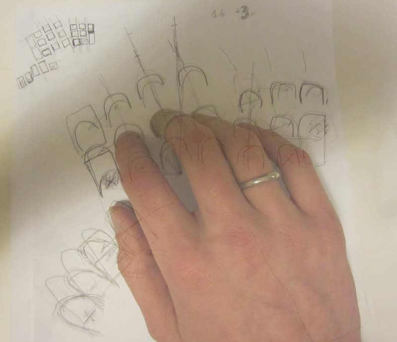 удобно доставать пальцами,