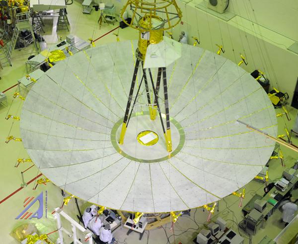 """Космический радиотелескоп  """"Спектр-Р """" успешно проводит первые наблюдения (на снимке - антенна телескопа проходит..."""