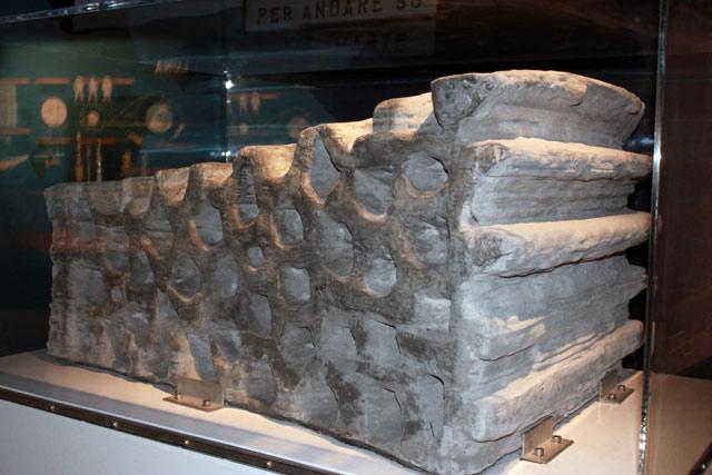 полуторатонный строительный блок полученный из базальтовых пород одного из вулканов в центральной Италии
