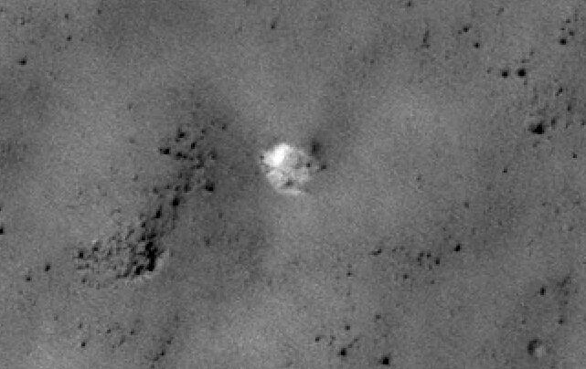 На форуме «Новостей космонавтики» пользователь Имхотеп выложил фрагмент снимка, на котором, скорее всего, изображен парашют Марса-3.
