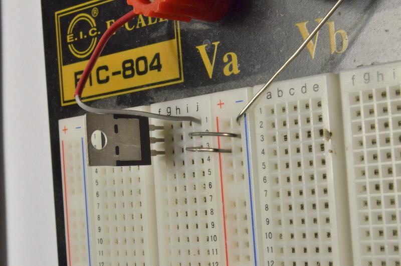 На фото нумерация выводов микросхемы совпадает с нумерацией разъемов брэдборда.  Красная клемма(+) подключена к 1-й.