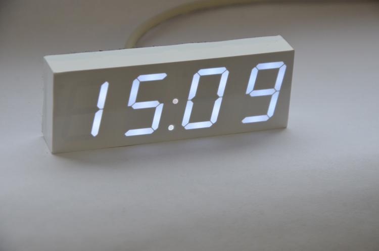 Черно-белые часы днем с огнем