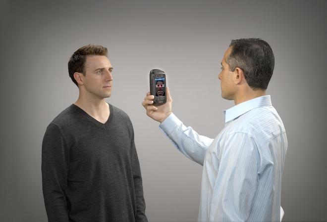 AOptix Stratus превращает iPhone в мобильное устройство биометрической иден ...