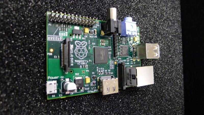 Миникомпьютер Raspberry Pi.  Микросхема одноплатного компьютера на базе процессора ARM 11 c тактовой частотой 700 mhz.