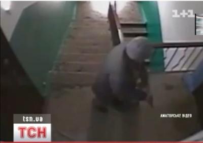 Девочка писает в коридоре видео скрытая камера