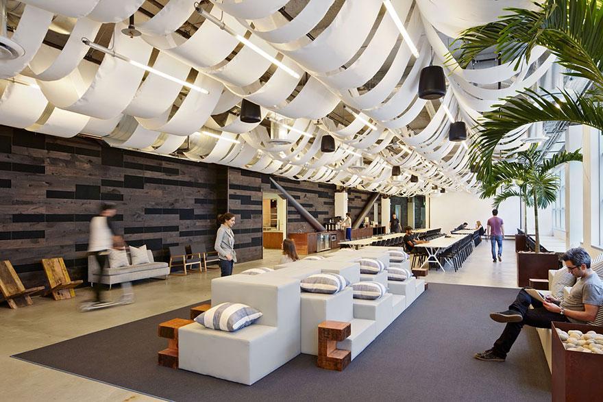 Фотография офиса Dropbox, который находится в San Francisco, California.