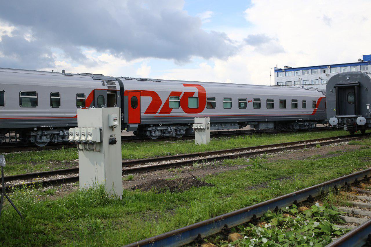 Русская проводница проверяет билеты в купе поезда