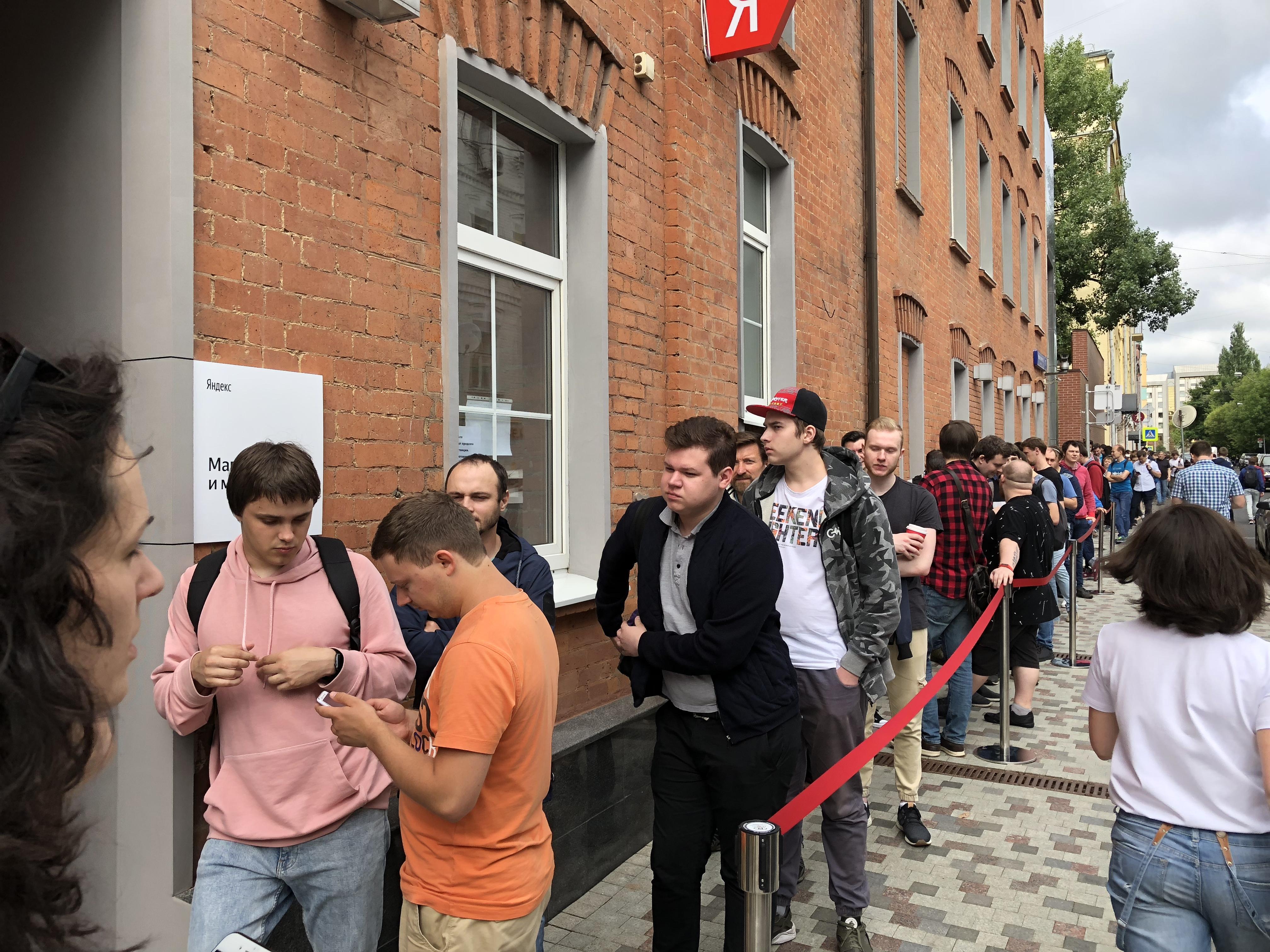 Яндекс.Станция: оффлайн-магазин, очередь на 300 человек и начало продаж