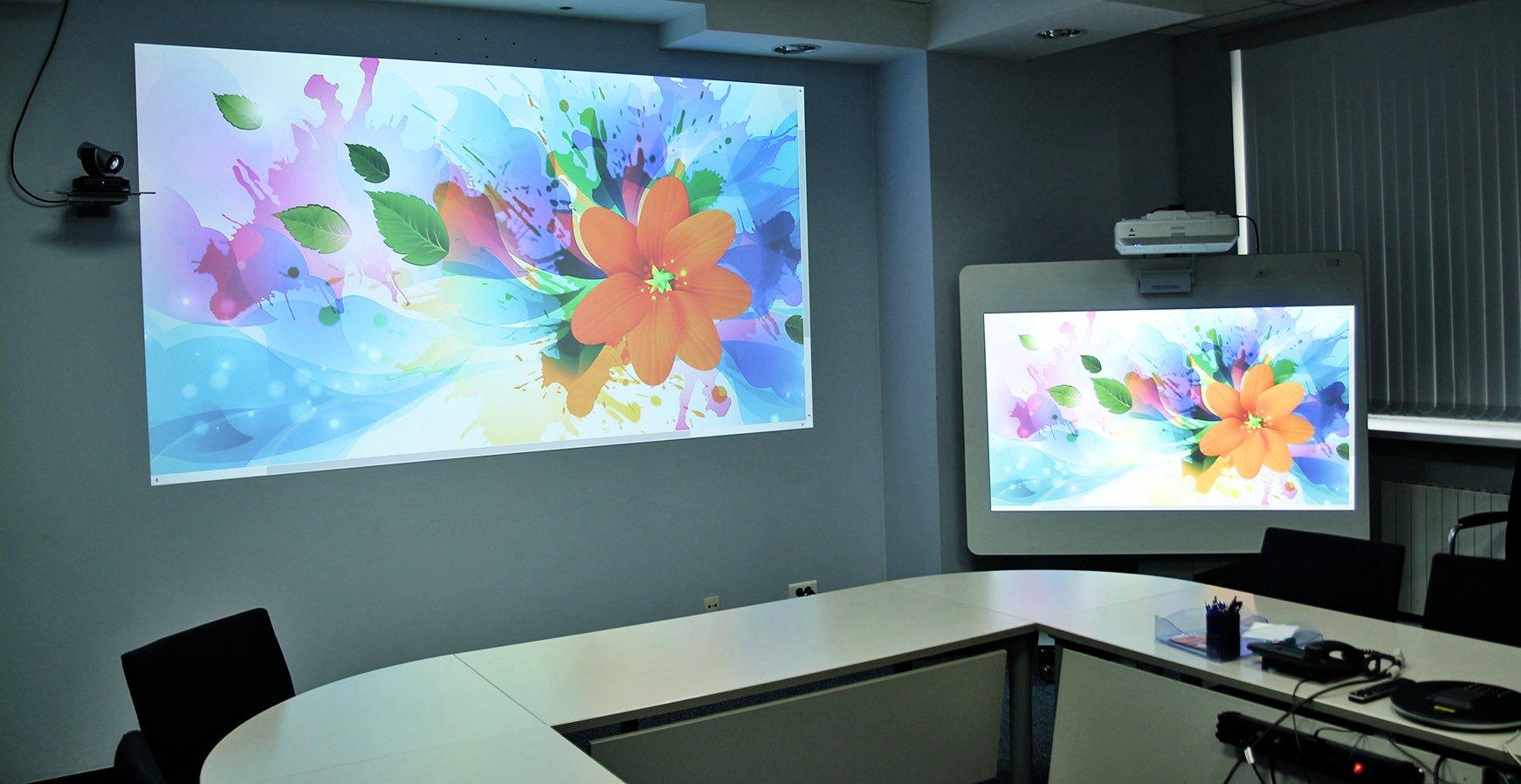 Проектор vs плоская панель. Примеряем халат офтальмолога и выясняем, почему размер имеет значение