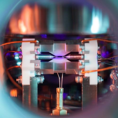 Фотография атома стронция в ионной ловушке победила на мировом конкурсе научной фотографии