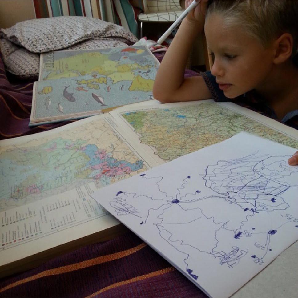 Мальчик любит географию