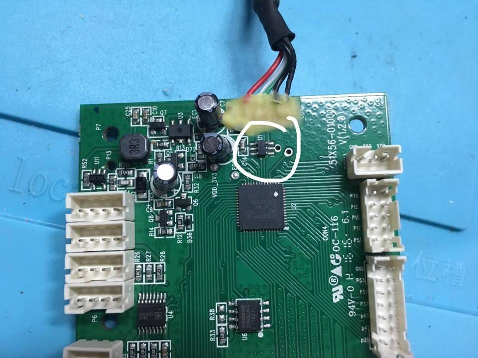 Это обведен кружком злобный буфер. Под ним собственно чип CY7C64215-56LTXC, а еще ниже SPI FLASH W25X40L