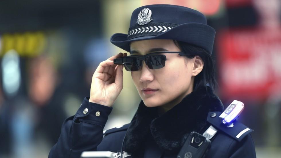 Китайским полицейским выдали «умные» очки с распознаванием лиц
