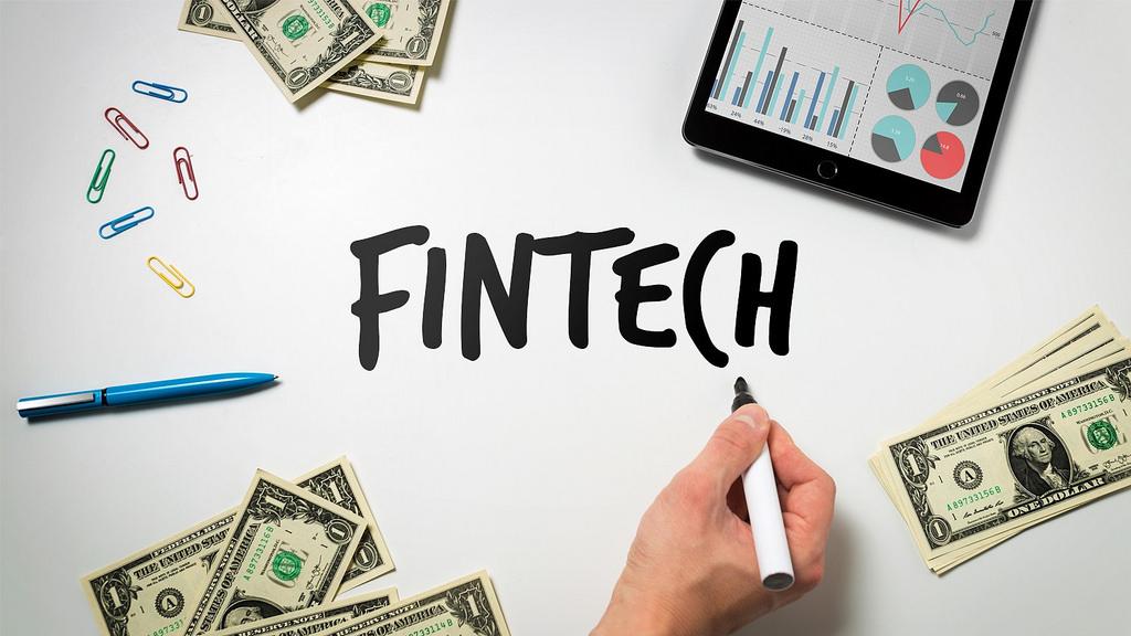 Финтех-дайджест: блокчейн-смартфон от HTC, определение платежеспособности по марке телефона и регулирование ICO в России