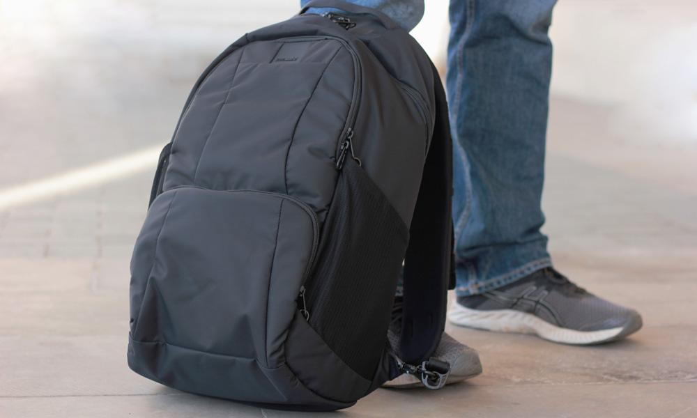 d5bc4c66243f Рюкзак укреплен стальной непрорезаемой сеткой, через лямки пропущены  стальные стропы. Правая лямка оборудована замком, которым рюкзак  пристегивается к ...
