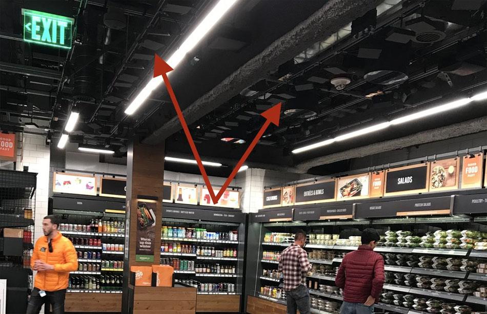 1a73e8c65967 Сзади в углу супермаркета находится единственное место, где покупателю  нужно взаимодействовать с человеком  секция с пивом и вином.