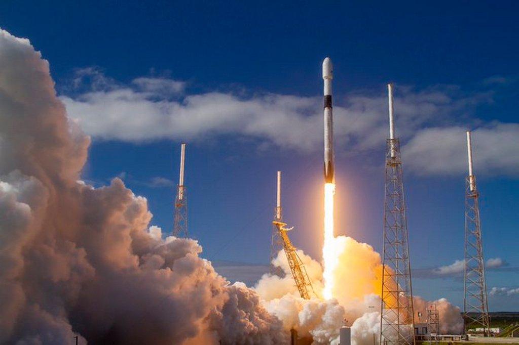 SpaceX запустила Falcon 9 с 60 спутниками Starlink. Все они ...