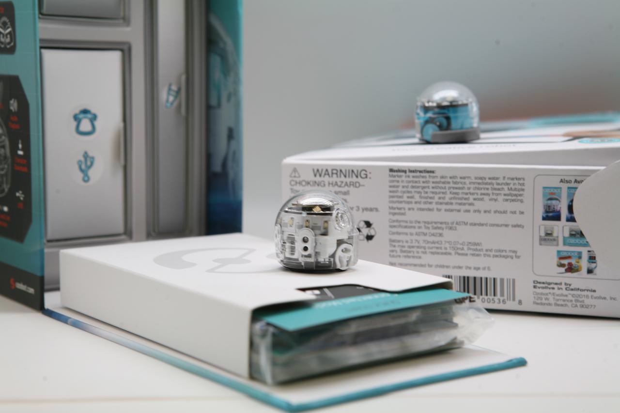 Ozobot — миниатюрный программируемый робот для игр и обучения, который ходит по нарисованным линиям