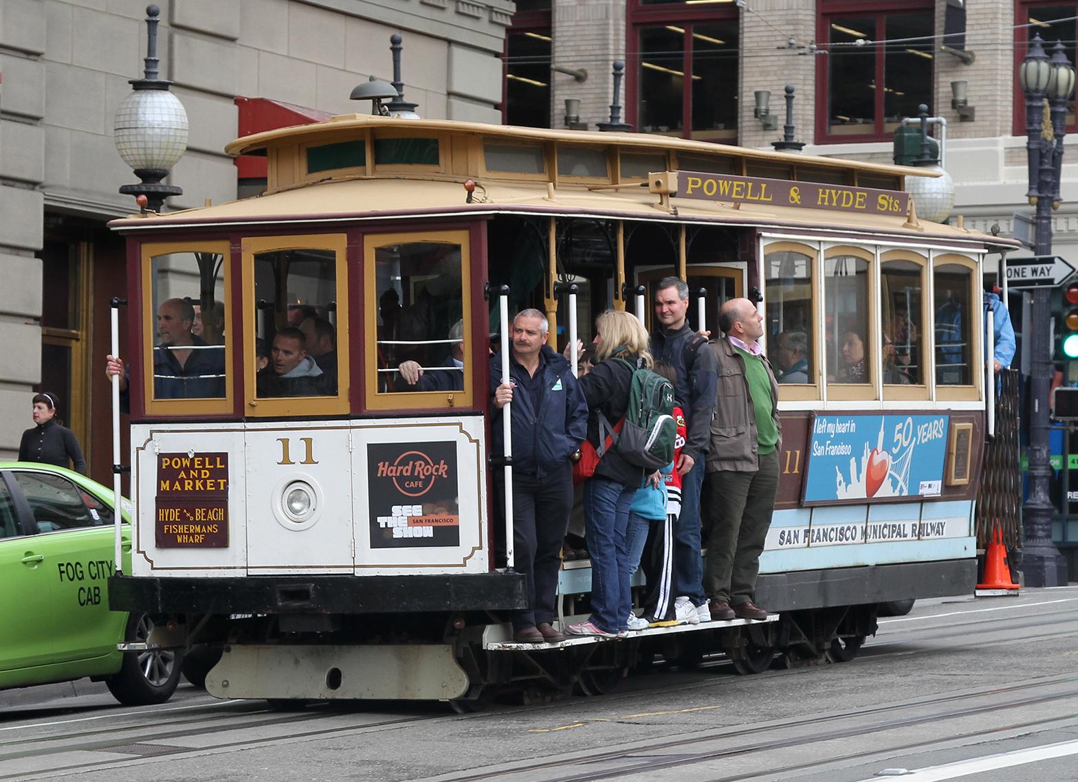 Случайный трамвай посреди незнакомого города