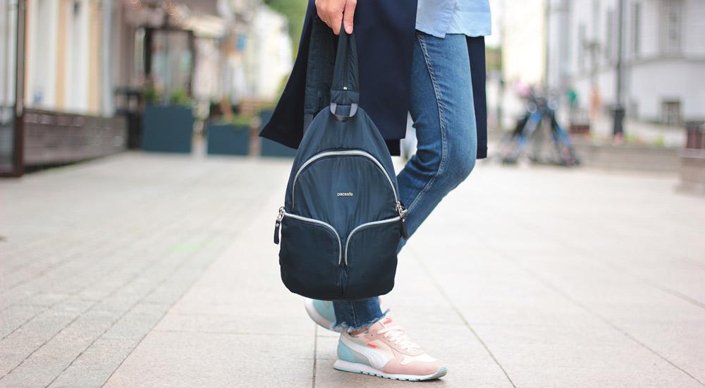 f6aeb4809cfc Молния открывается и лямка разделяется на две; закрывается — и рюкзак можно  носить на одном плече. Сами лямки не самые тонкие и ...