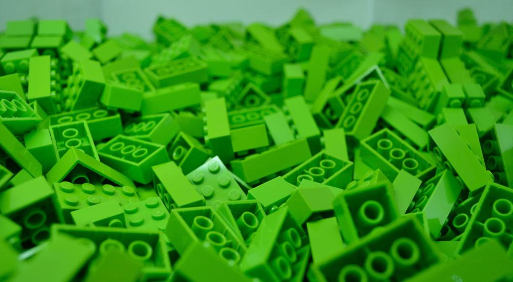 Lego «позеленеет» (но наступать на его кубики все равно будет больно)