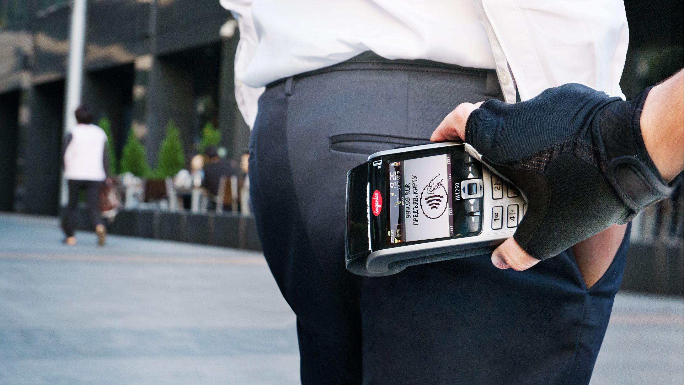 Как украсть деньги с бесконтактной карты из кармана? Насколько безопасен PayPass и Apple Pay?