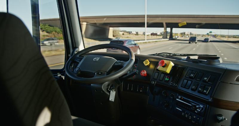 Конкуренция за будущий рынок: кто сегодня разрабатывает автономные грузовики
