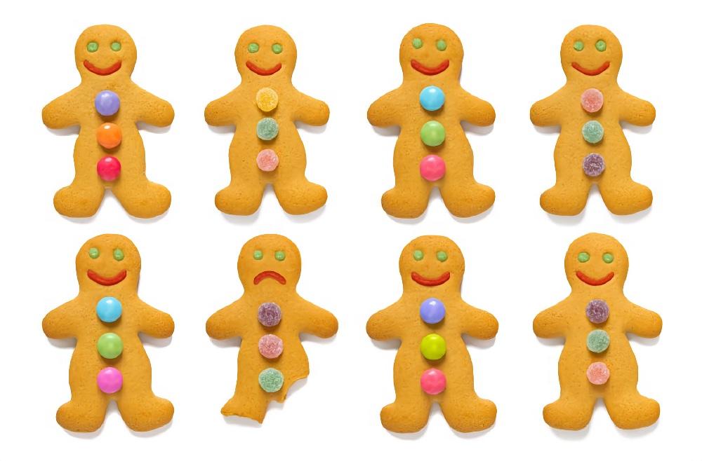 8 пряников-человечков с тремя драже сверху вниз на теле или тремя кусочками мармелада, нечётные и чётные соответственно. Все человечки целые и улыбаются, как смайлики, кроме второго человечка во втором ряду, у которого отломали правую ногу. Его лицо грустное