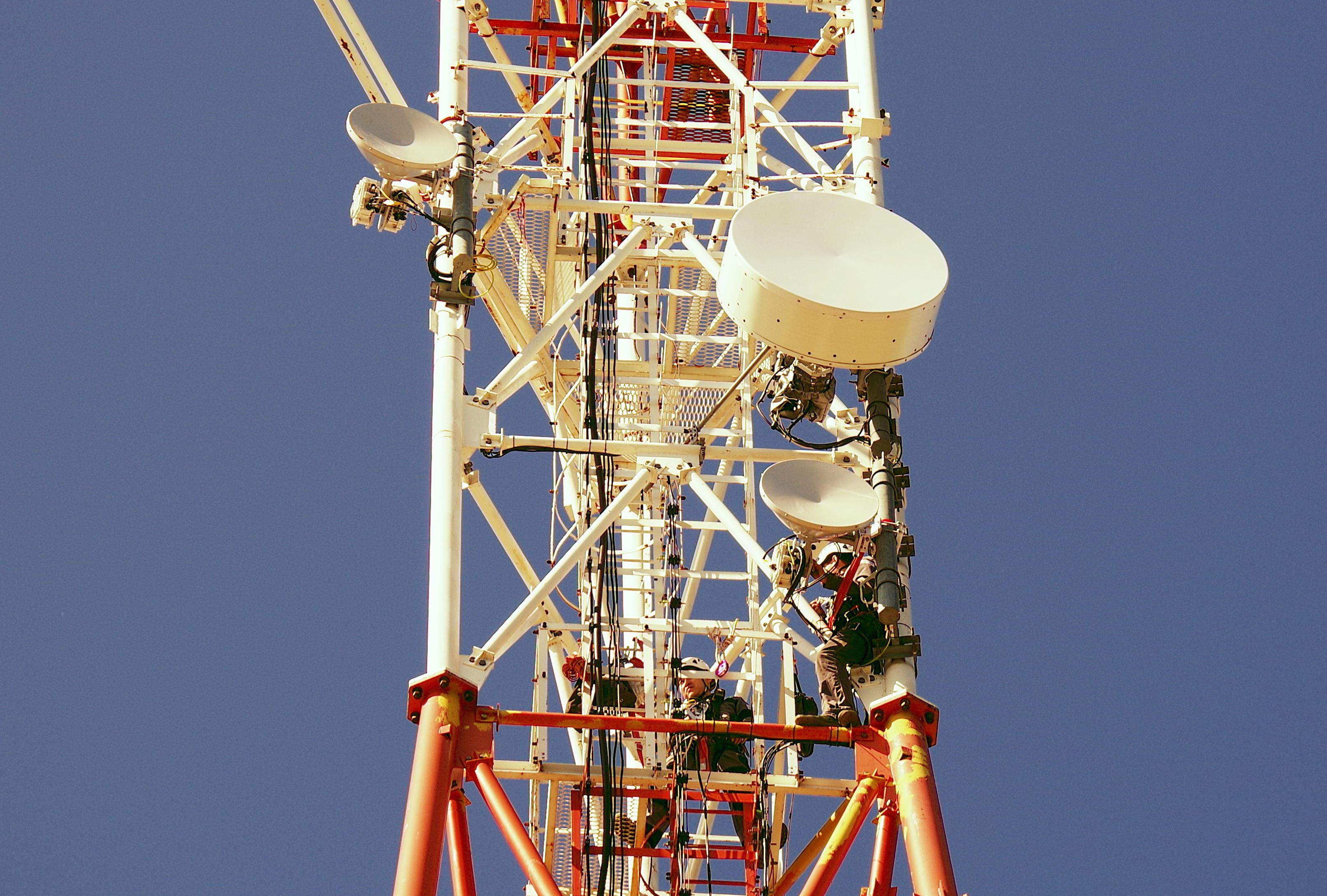 Монтажники устанавливают радиомосты ДОК PPC-10G 2+0