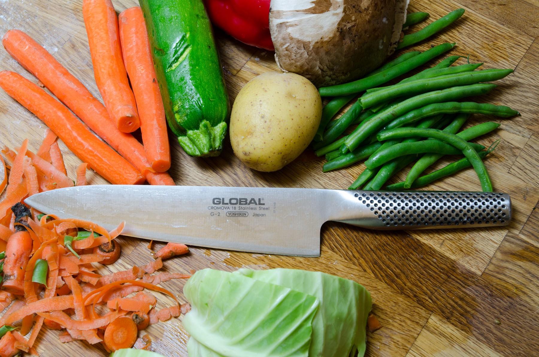на картинке изображены овощи и кухонный нож