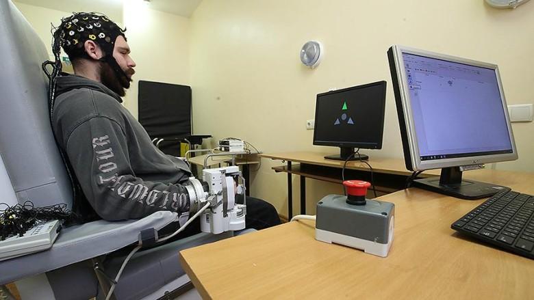 В РНИМУ им. Пирогова разработали «перчатку» с нейроинтерфейсом для восстановления функции парализованной кисти