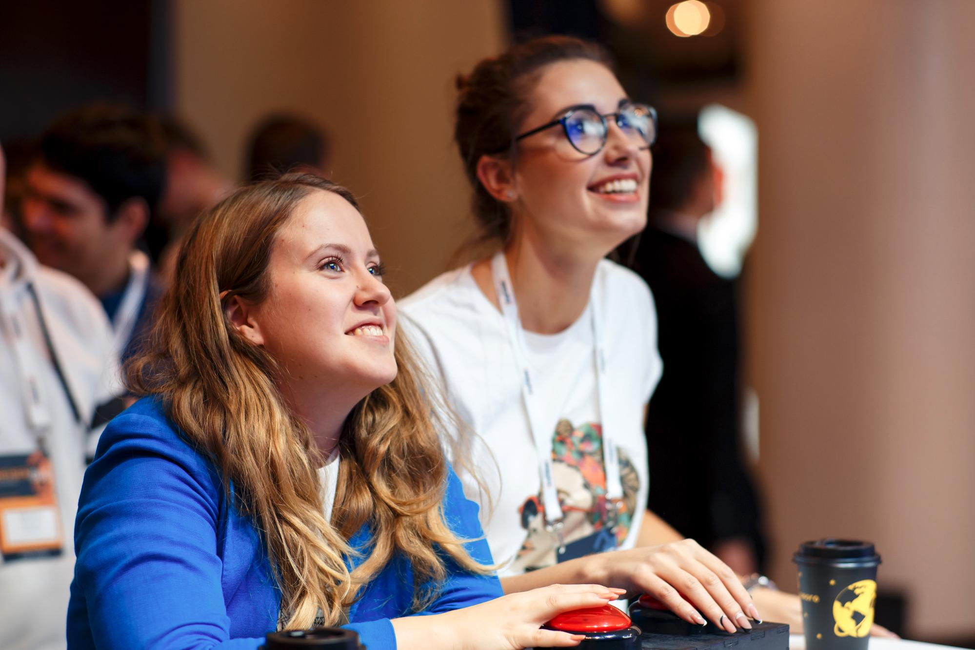 Две красных кнопки, паяльник и React: как мы делали движуху для IT-конференции