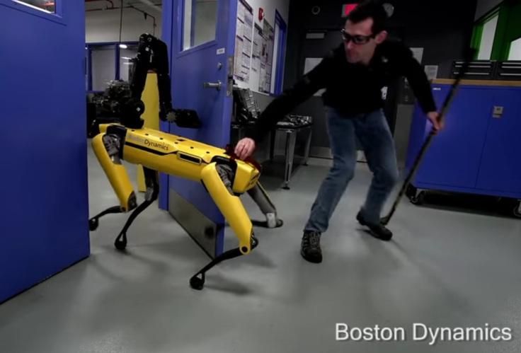 Тест надёжности робота SpotMini: попытка сбежать от человека